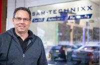Andy Ehrenhuber Inhaber von SAM Technixx vor dem Store