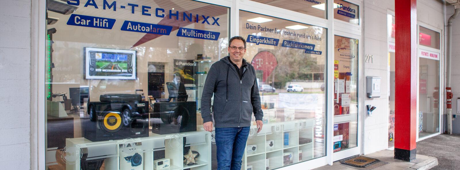 SAM-Technixx-München-Andy-Ehrenhuber-Inhaber-vor-dem-Geschäft